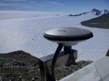 Måleinstrumentet må tåle vind opp mot 300 kilometer i timen. Stativet til antennen er laget ved instrumentverkstedet på Matematisk-naturvitenskapelig fakultet på UiO. (Foto: Wojciech Jacek Miloch/UiO)