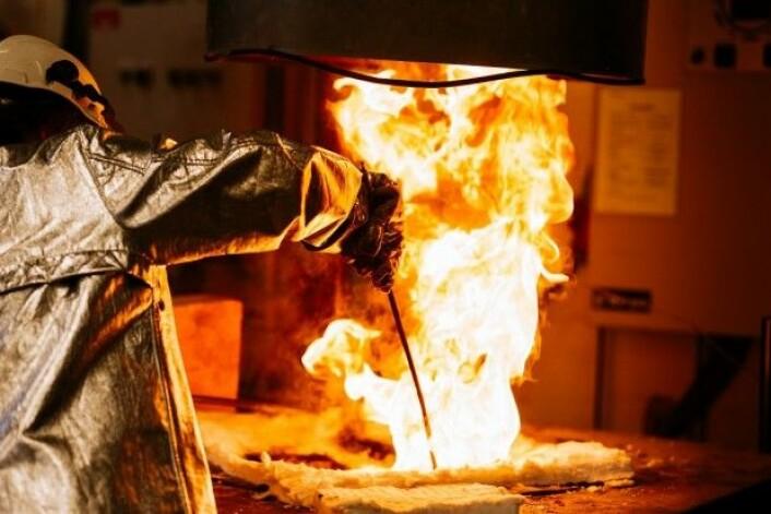 Seniorforsker Anne Kvithyld i aksjon ved ovnen der smøreosttubene smelter. (Foto: Julie Gloppe Solem/NTNU)