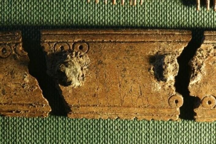 Her et utsnitt av det ene stedet på kammen der det er runer. På den ene side ser vi ordet «kam» – på den annen side «kjemme». Kanskje med to ulike håndskrifter. (Foto: Søren Sindbæk)