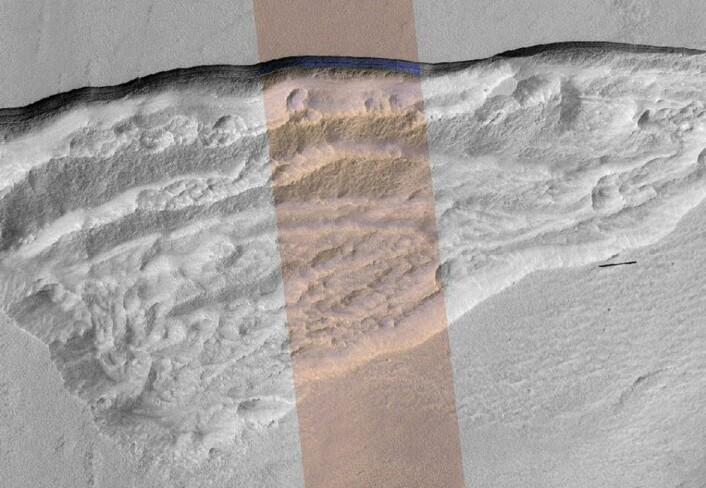 Her ses utsnittet i et bilde av hele formasjonen, som er rundt fem kilometer bred. (Foto: NASA/JPL-Caltech/UA/USGS)
