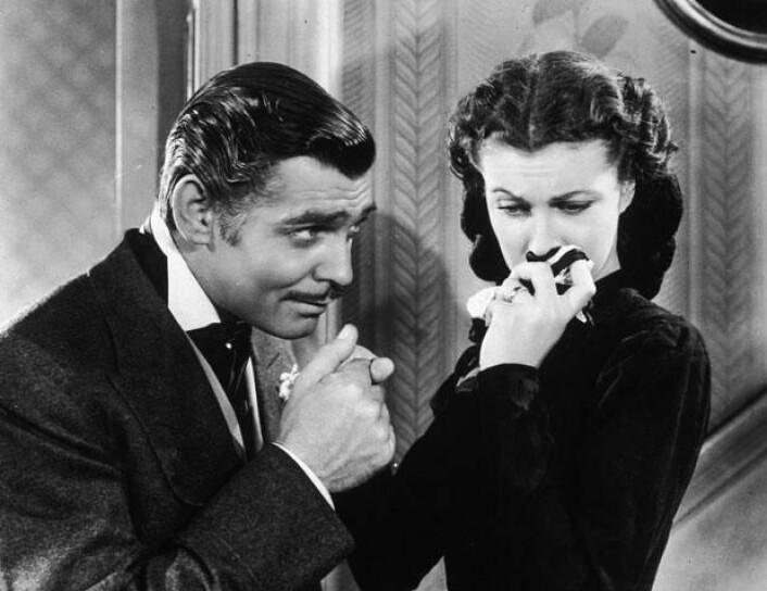 Samfunnets holdning til bannskap har variert over tid. Da skuespilleren Clark Gable i filmen «Tatt av vinden» brukte ordene <em>Frankly my dear, I don't give a damn</em>, var det i 1939 nok til at produsenten bak filmen fikk en bot på 5000 dollar. I dag er filmer, TV-serier og bøker proppfulle av personer som banner. Noe som tyder på at vi har utviklet langt mer toleranse for stygg ordbruk.(Bilde fra filmen)