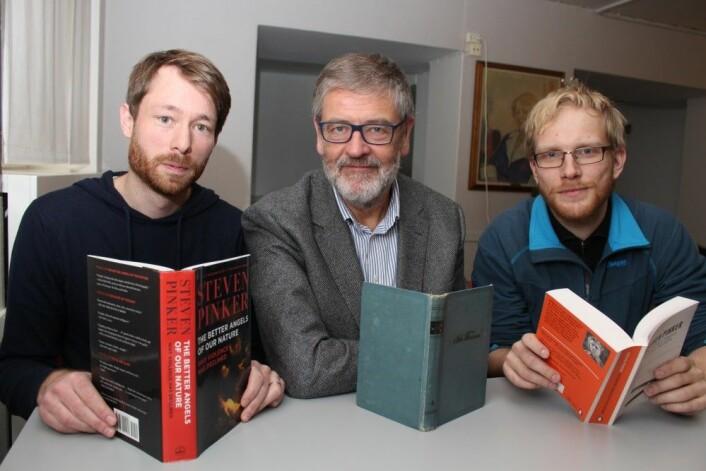 Fra venstre sitter Håvard Mokleiv Nygård og Nils Lid Hjort. Til høyre er masterstudent Jens Kristoffer Haug ved Matematisk institutt ved UiO. (Foto: Bjarne Røsjø)