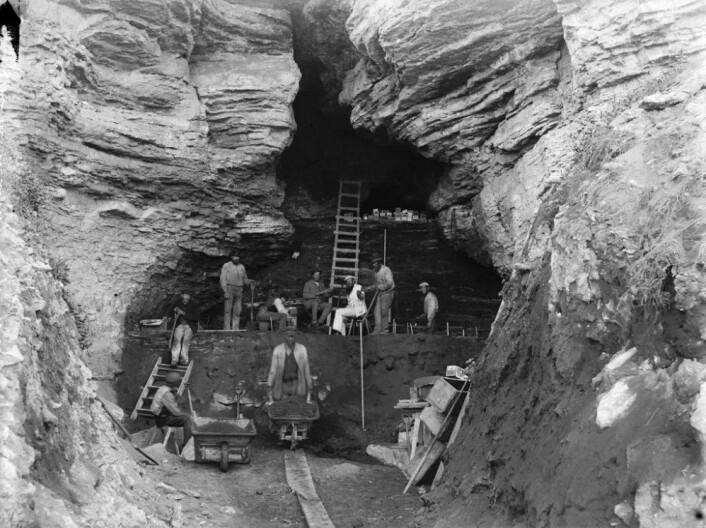 Disse mennene gravde fram skjeletter fra steinalderen på Stora Karlsö på slutten av 1800-tallet. Lite visste de om hva knoklene skulle avsløre over hundre år senere. (Foto: Hjalmar Stolpe, Antiquarian Topographical Archives (ATA), Stockholm)