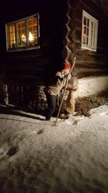 Å skremme unger med julebukken eller andre skumle skikkelser som kunne luske rundt husene rundt juletider, var en del av pedagogikken i Norge før. (Foto: Ole Jonny Bekkemellem)