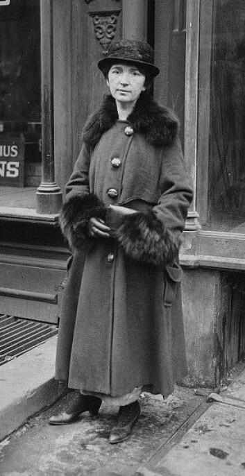 Margaret Sanger var kvinnesakskvinne og sykepleier. Her er hun fotografert under rettssakenmot prevensjonsklinikken Brownsville clinic i New York i 1917. (Foto: Wikimedia Commons)