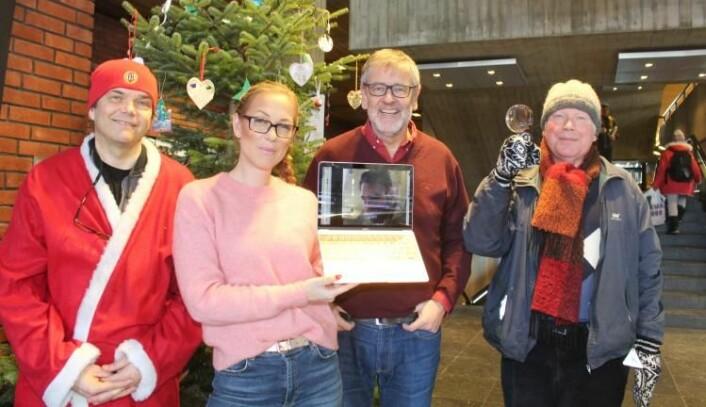 Klaus Høiland (t.h.) er seniorforsker ved Universitetet i Oslos tverrfaglige - og uoffisielle - Senter for fremragende juleforskning. Her står han klar til å granske et juletre sammen med de andre juleforskerne ved senteret: Gaute Einevoll (t.v.), Sunniva Rose, Anders Hafreager (på en dårlig linje fra utlandet) og Nils Lid Hjort. (Foto: Bjarne Røsjø/UiO)