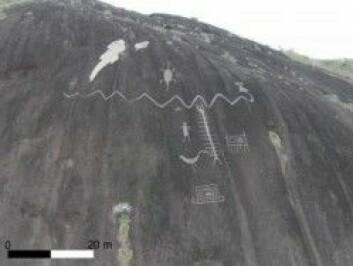 Helleristningene dekker store bergflater. (Foto: Philip Riris)