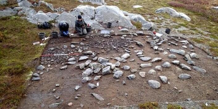 Dette bildet er fra utgravinga av en gjenbrukt teltplass datert til rundt 8300 f. Kr. fra Mohalsen på Vega i Nordland. Arkeolog Silje Fretheim sitter til høyre. (Foto: Hein B. Bjerck)