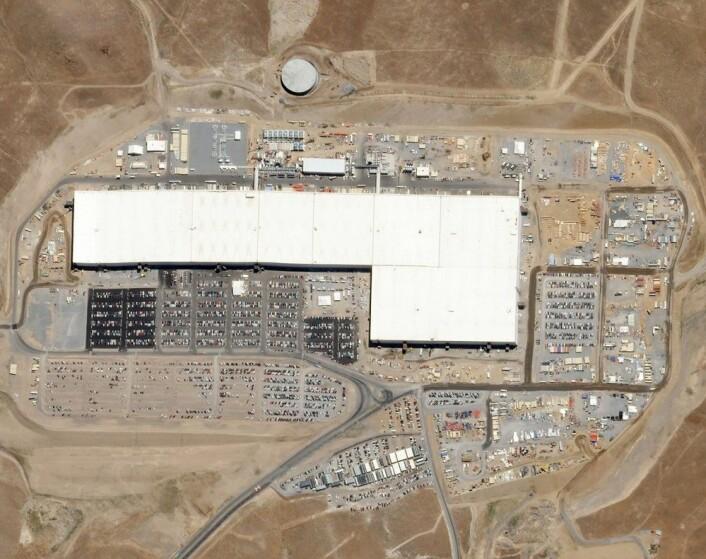 """Gigafactory 1 i Nevada produserer batterier for Teslas nye elbil Model 3. Den er drevet med utelukkende fornybar energi. Bildet ble tatt i august 2017. (Foto: Planet Labs, Inc., <a href=""""https://creativecommons.org/licenses/by-sa/4.0/deed.en"""">CC-BY-SA 4.0 INT</a>.)"""
