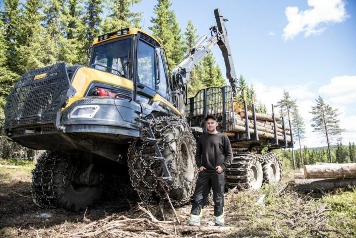 Lars Brennhaug fra Skjåk kjører lassbærer. – Det er veldig viktig å få ned kjøreskader og en stor del av arbeidsdagen går med på å ta hensyn til dette. (Foto: Lars Sandved Dalen, NIBIO)