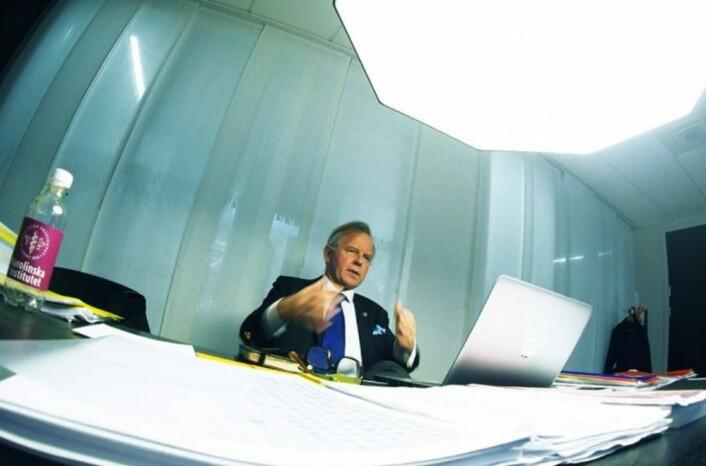 Ole Petter Ottersen styrer Karolinska Institutet frå rektorkontoret i sjette etasje i Aula Medica. – Dette universitetet er svært synleg internasjonalt på grunn av den høge kvaliteten på forskinga. Dessutan har det ei stolt historie, seier han. (Foto: Ola Sæther)