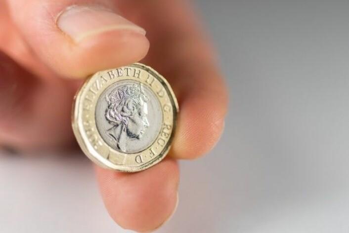 Den 12-kantete mynten fra Storbritannia er preget i 2016 og påtrykt profilen av dronning Elizabeth 2. på den ene side. (Foto: Stopped_clock / Shutterstock / NTB scanpix)