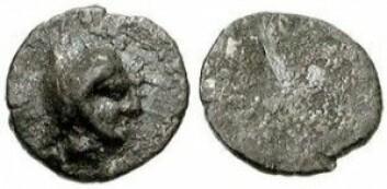 Dette er tidlige greske mynter på størrelse med knappenålshoder. En mynt veier ikke mer enn 0,05 gram, men den har likevel plass til profilen av guvernøren. (Foto: CNG)
