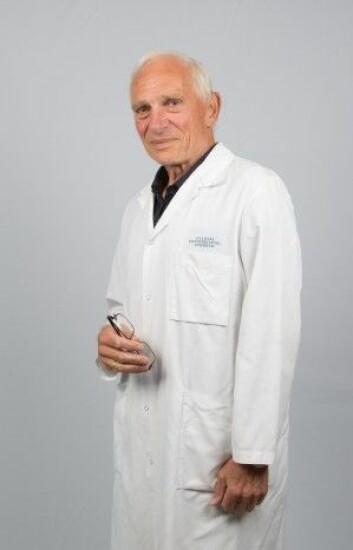 Håkon Wæhre knyttet til Institutt for kreftgenetikk og informatikk. Vitenskapelige artikler leser han med en egen maskin som forstørrer teksten. (Foto: OUS)