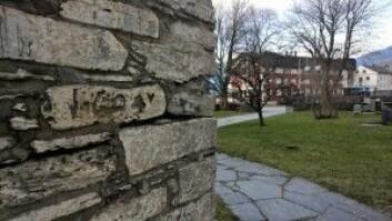 Et flommerke på kirkeveggen i Voss som tyder på hvor høyt vannet stod i 1604. (Foto: Jakob Håheim)