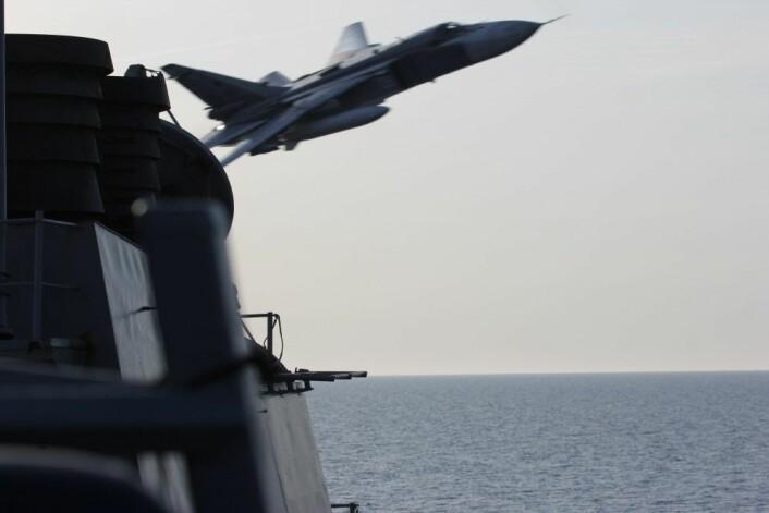 En russisk jager passerer farlig nært den amerikanske destroyeren USS Donald Cook i Østersjøen april 2016. Slike «close military encounters» har økt i omfang de siste årene. (Foto: U.S. Department of Defence)