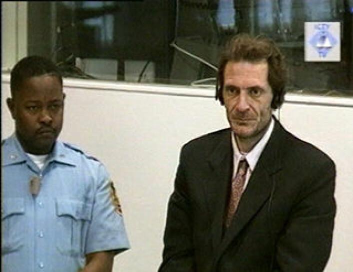 Dragoljub Kunarac (til høyre) dømt i ICTY i 2001 for omfattende seksuell vold og for å holde kvinner som seksuelle slaver under Bosnia-krigen. (Foto: ICTY Press)