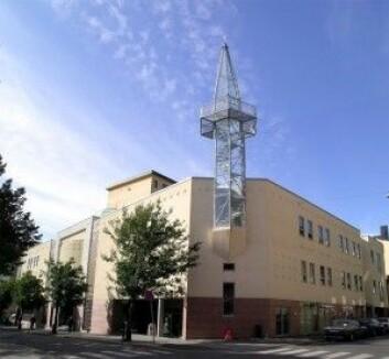 Nesten 150 000 personer er medlemmer av muslimske trossamfunn i Norge. Om lag 3,7 millioner er medlemmer av Den norske kirken. Bildet viser Urtehagen moské i Oslo. (Foto: Mahlum/Wikimedia Commons)