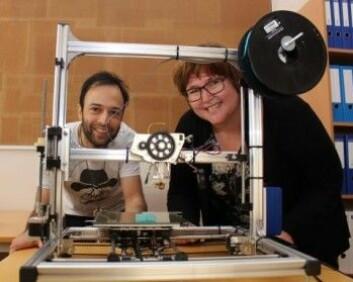 Himang Mujoo og Ingunn Tho fra Farmasøytisk institutt, UiO. Her med en enkel 3D-printer som kan brukes til eksperimentene med å lage persontilpasset medisin med ny teknologi. (Foto: Bjarne Røsjø / UiO)