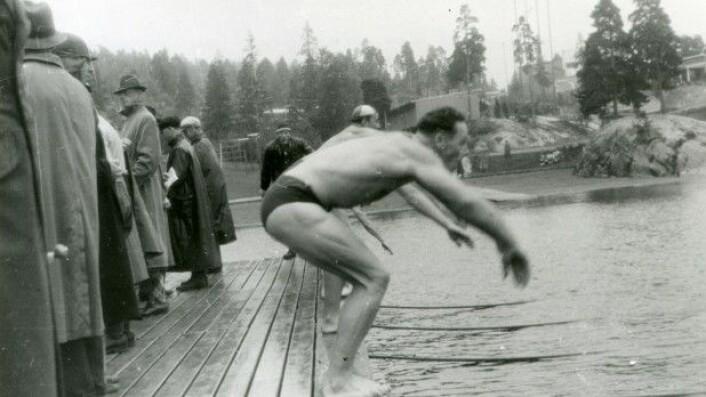 Svømming i Ingierstrand bad i 1942 (Foto: RAFA-330_U_40b-10-30/Johnsen/NTB/Riksarkivet)