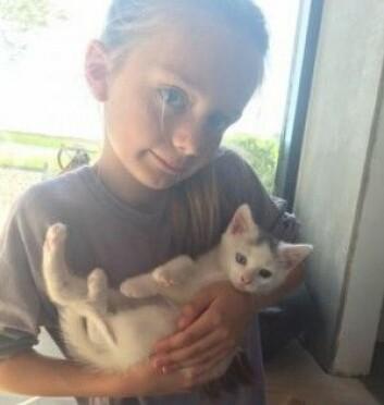 Hver gang Sofie overvant et nytt hinder, fikk hun poeng. Og da hun hadde tjent opp 100 poeng, fikk hun et ønske oppfylt. Hun ønsket seg en katt og valgte selv ut denne bestemte kattungen – med et blått og et grønt øye. (Foto: Privat)
