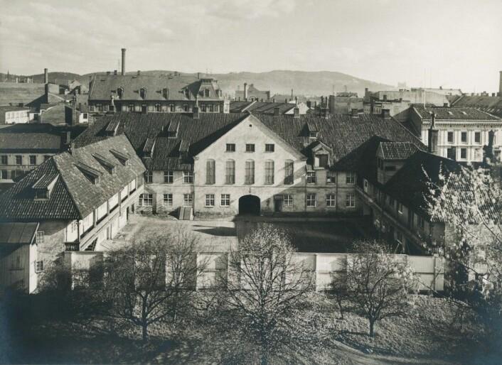 Bygningene til Christiania tukthus rundt 1910. Tukthuset i hovedstaden ble opprettet i 1736. Her kunne menn og kvinner som ble arrestert for tigging og løsgjengeri bli sperret inne i flere år. Tukthuset hadde eget ullspinneri, farveri og tobakksspinneri. Arbeidet skulle oppdra de innsatte til å bli nyttige for samfunnet. (Foto: O. Væring/Oslo museum)