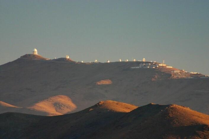 """Planetjegerinstrumentet HARPS er installert på ESOs 3,6 meters teleskop på La Silla-observatoriet i Chiles ørken – lengst til venstre i bildet. (Foto: Cfoellmi~commonswiki, <a href=""""https://creativecommons.org/licenses/by-sa/3.0/deed.en"""">CC SA 3.0</a>)"""