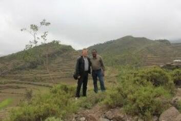 Professor Stein Terje Holden og førsteamanuensis Mesfin Tilahun Gelaye fra Handelshøyskolen ved NMBU, på feltarbeid i Etiopia. (Foto: privat)