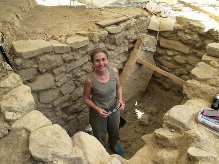 Her står arkeolog Shari Stocker i graven til griff-krigeren. Graven befinner seg i det sørlige Hellas. [Foto: University of Cincinnati]
