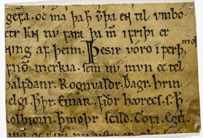 Sagaen om Olav den hellige finnes i flere versjoner. Dette manuskriptet fra siste del av 1100-tallet har noen tekstbiter fra hver av de to store versjonene, fra Snorres Heimskringla og fra Fagrskinna. Og så er det noen tekstbiter som er særegne for dette manuskriptet. (Kilde: digitalarkivet.no)