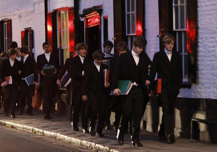 Guttene på Eton går på skolen sammen, bor sammen og tilbringer fritida sammen. De utvikler en særegen væremåte, mener forskerne. (Foto: Eddie Keogh/Reuters/NTB Scanpix)