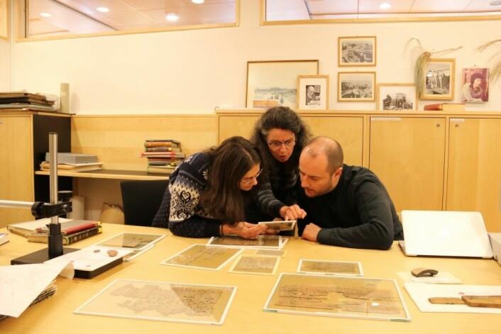Agnes Mihálykó Tothne (f.v.), Anastasia Maravela og Jens Mangerud analyserer 2000 år gamle papyrustekster. (Foto: Fillip-André Baarøy)