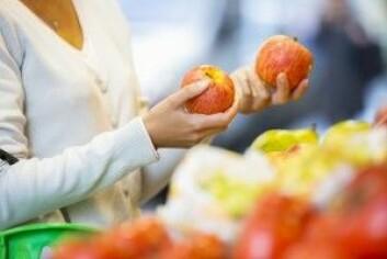 Skal man velge det konvensjonelle eller økologiske eplet? Og er det for miljøet eller for kroppen? (Foto: LDprod / Shutterstock / NTB scanpix)