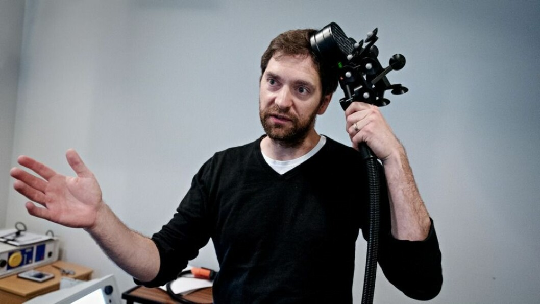 Forsker Marco Hirnstein ved Institutt for biologisk og medisinsk på UiB prøver transkraniell magnetisk stimulering (TMS) på egen hjerne. (Foto: Eirik Brekke / Bergens Tidende)