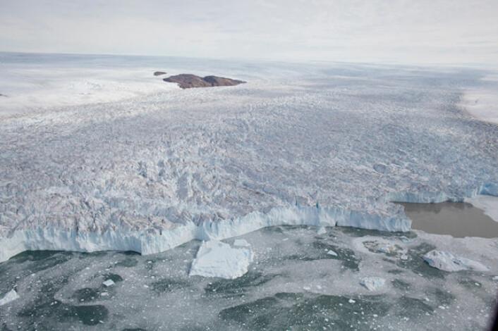 En isstrøm, eller iselv, er et område av en innlandsis som beveger seg betydelig raskere enn den omliggende isen. Isstrømmer er en type isbre. Bildet viser en hurtigflytende isstrøm i Upernavik på Nordvest-Grønland som renner ut i Baffinbukta. (Foto: Niels J. Korsgaard)