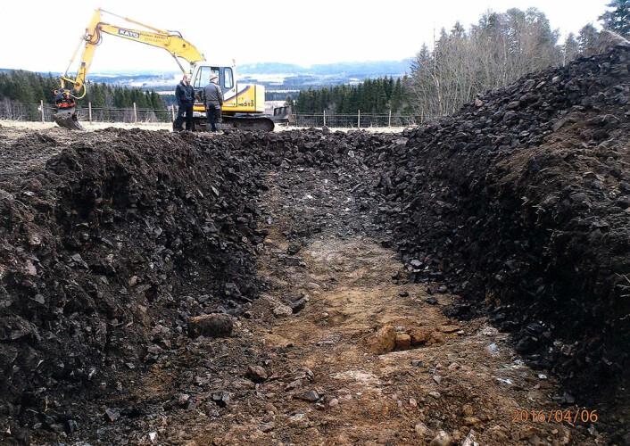 Fra en utgraving på Hofstad på Hitra, der arkeologene fant et tykt lag av bryggesteiner. (Foto: Geir Grønnesby, NTNU Vitenskapsmuseet)