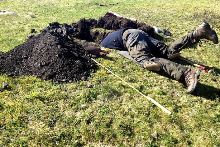 En arkeologs liv er ikke utelukkende som i Indiana Jones. Noen ganger innebærer det å grave hull på jakt etter gamle søppelhauger. (Foto: Geir Grønnesby, NTNU Vitenskapsmuseet)