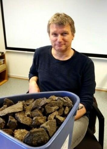 Arkeologen Geir Grønnesby har bøttevis med bryggesteiner som ble brukt til å lage øl. (Foto: Nancy Bazilchuk, NTNU)