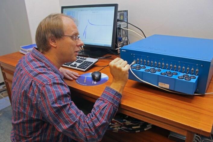 Professor Ola Nilsen tester batterier: Om noen år har smarttelefonen din så sterkt batteri at det kan brukes til å få start på en bil med flatt batteri. (Foto: Bjarne Røsjø)