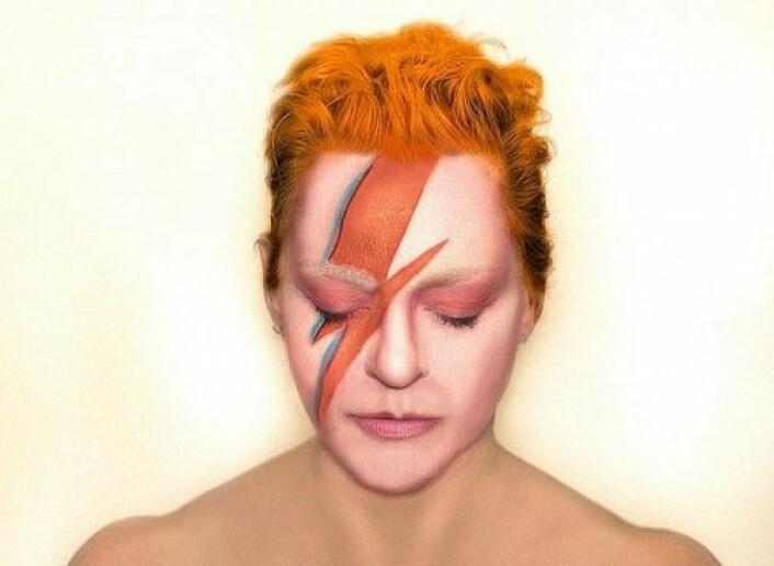 Fra utstillingen: Kathy High er kunstner og lider av tarmlidelsen Crohns sykdom. I 2015 spurte hun David Bowie om han ville donere avføring til en fekaltransplantasjon, en eksperimentell behandling av sykdommen. (Foto: Kathy High/Medicinsk Museion)