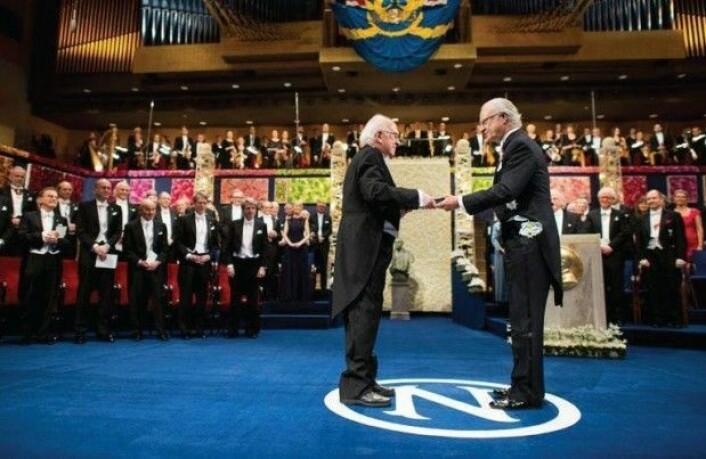 Fysikeren Peter Higgs mottok nobelprisen i fysikk av den svenske kongen, Carl XVI i Stockholms Koncerthus 10. desember 2013. (Foto: Alexander Mahmoud/Nobel Media AB 2013)