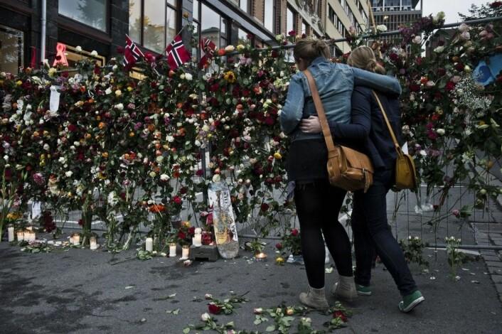 Med rosemarkeringer over hele landet markerte folk i Norge sin sorg, støtte og sympati med de overlevende og pårørende etter terroren 22. juli. (Foto: Aleksander Andersen / NTB scanpix)