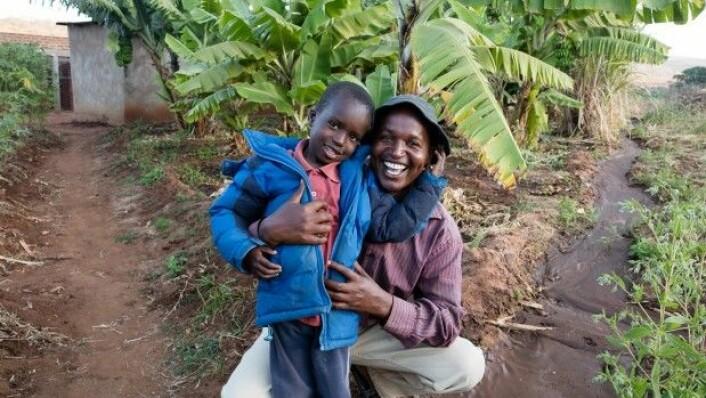 <br>Elias Kalumbwa opprettholder tradisjonelt sonjo-levesett med dyrking av jorda. (Foto: Per Harald Olsen/NTNU)