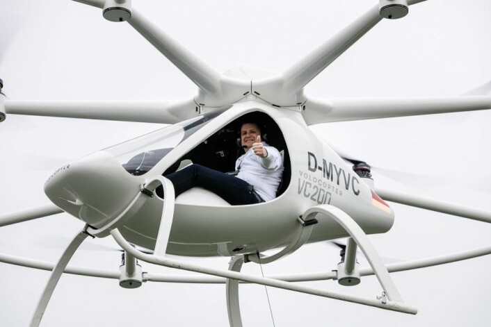"I april 2016 fløy Volocopter med mennesker om bord for første gang. Pilot var lederen av Volocopter, Alexander Zosel. <a href=""https://youtu.be/OazFiIhwAEs"">Se også video av prøveflygningen på YouTube</a>! (Foto: N. Kazakov/Volocopter)"