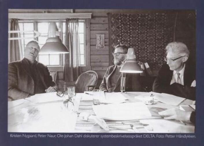 Kristen Nygaard (t.v.) og Ole-Johan Dahl (t.h.) under en workshop på ei hytte på Røros sammen med Algol-utvikler Peter Naur i 1974. (Foto: Petter Håndlykken)