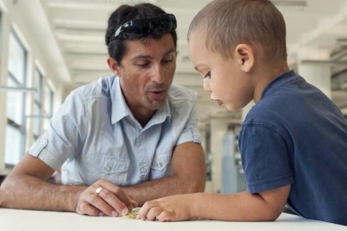Ved partnerlesing lærer den voksne hvordan han eller hun skal stille spørsmål på den riktige måten, for å hjelpe barnet med å forstå og reflektere over det de leser. (Foto: pavla / Shutterstock / NTB scanpix)