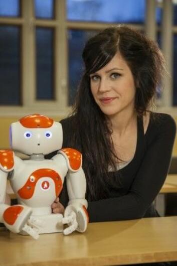 Ved Gøteborg Universitet har roboten Nao fått prøve seg som pedagog. Her sammen med forskeren Sofia Serholt. (Foto: Gøteborg Universitet)