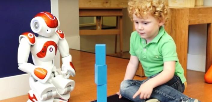 Her hjelper roboten Nao en smårolling å lære engelsk, i et forsøk utført av forskere ved Tilburg-universitetet i Tyskland. Mye forskning på bruk av roboter ser på muligheter i språkundervisningen. (Foto: Tilburg-universitetet)