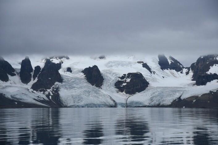 Slik ser isbreene ut i Adventsfjorden i august. (Foto: Thoralf Fagertun)