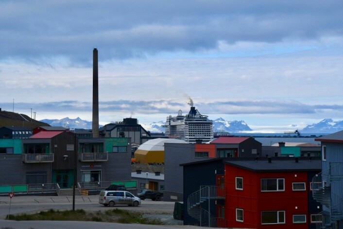 Mens Longyearbyen har 2100 innbyggere, har skipet Preziosa over 4000 passasjerer og et mannskap på 1200. (Foto: Thoralf Fagertun)